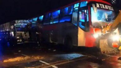 Photo of बाराबंकी में खराब खड़ी बस में ट्रेलर ने मारी टक्कर, सड़क पर सो रहे 18 मजदूरों की दर्दनाक मौत