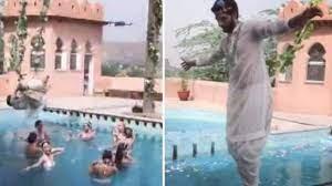 Photo of पूल के ऊपर कन्हैया बने झूला झूल रहे थे सुष्मिता सेन के बॉयफ्रेंड रोहमन शॉल, टूट गई रस्सी