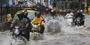 Photo of मुंबई में भारी बारिश से 17 ट्रेनों पर असर, कई जगह रेल ट्रैक पर भरा पानी